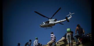 migrantes-intentan-cruzar-a-la-fuerza-el-muro-fronterizo-en-tijuana